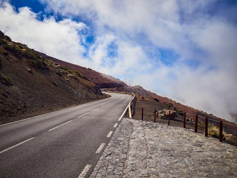 Windende weg im mist op het noorden van Tenerife Canarische Eilanden, Spanje stock fotografie