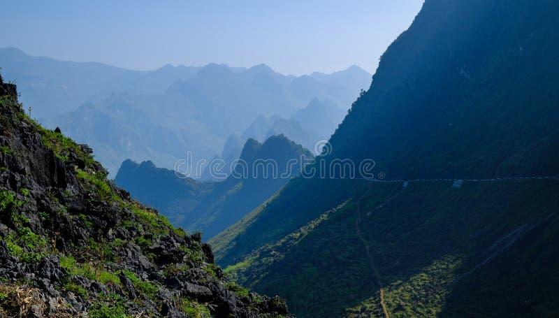 Windende wegen door valleien en karst berglandschap in het Noord- Vietnamese gebied van Ha Giang/Dong Van stock fotografie