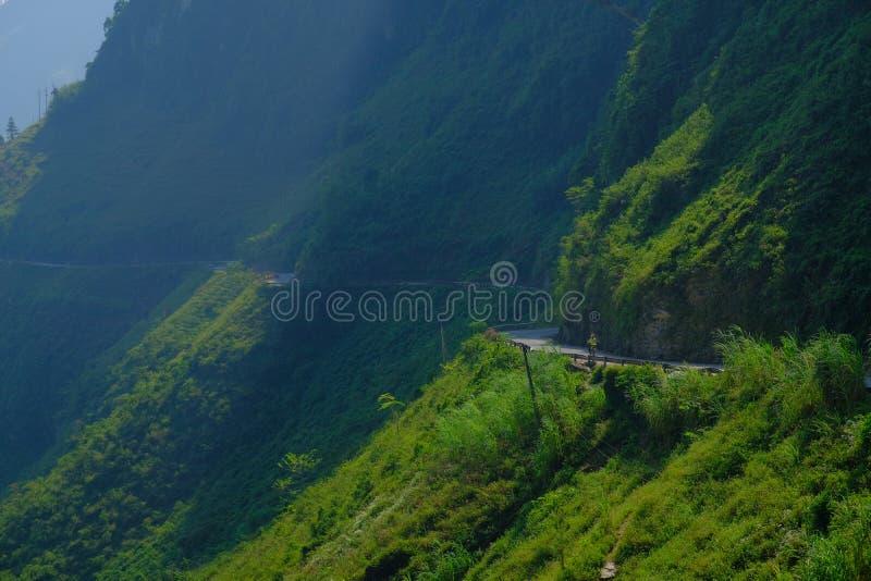 Windende wegen door valleien en karst berglandschap in het Noord- Vietnamese gebied van Ha Giang/Dong Van royalty-vrije stock afbeelding