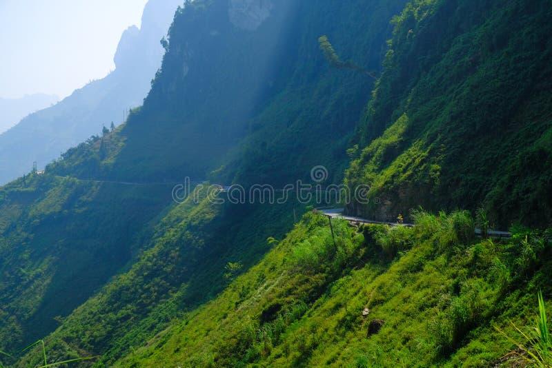 Windende wegen door valleien en karst berglandschap in het Noord- Vietnamese gebied van Ha Giang/Dong Van stock afbeeldingen