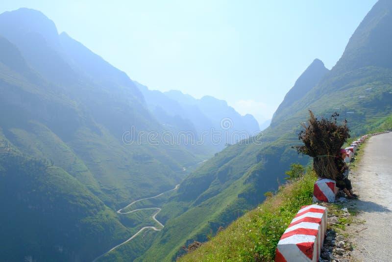 Windende wegen door valleien en karst berglandschap in het Noord- Vietnamese gebied van Ha Giang/Dong Van royalty-vrije stock foto