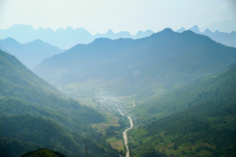 Windende wegen door valleien en karst berglandschap in het Noord- Vietnamese gebied van Ha Giang/Dong Van stock afbeelding