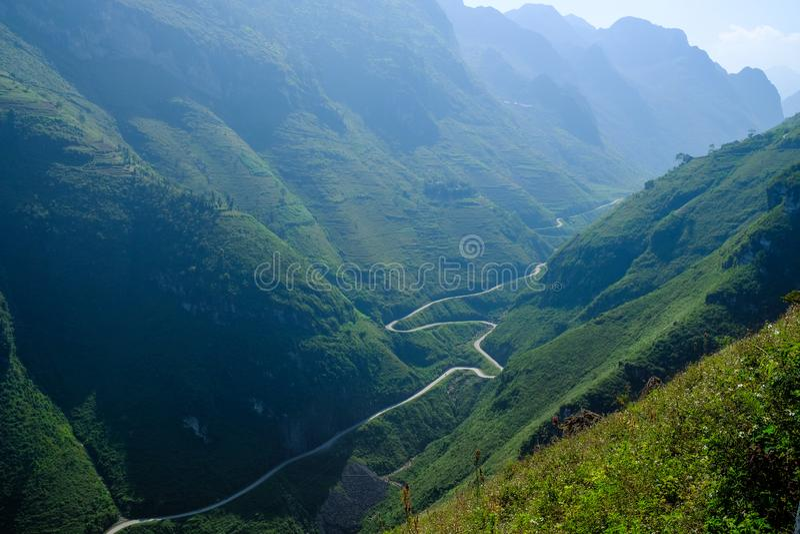 Windende wegen door valleien en karst berglandschap in het Noord- Vietnamese gebied van Ha Giang/Dong Van royalty-vrije stock fotografie