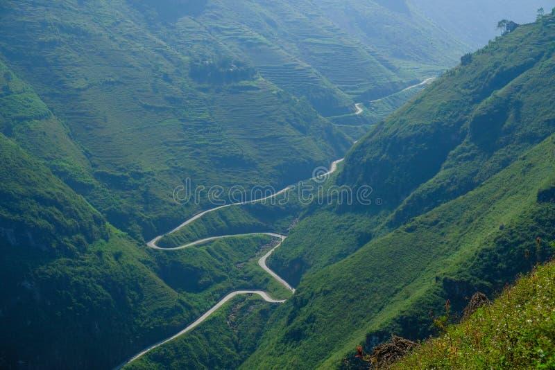 Windende wegen door valleien en karst berglandschap in het Noord- Vietnamese gebied van Ha Giang/Dong Van stock foto's