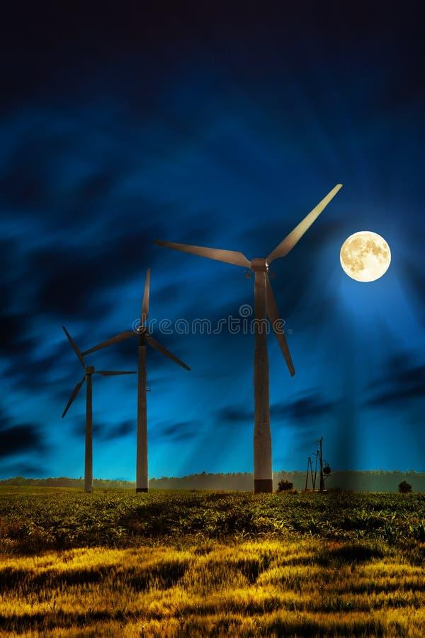Windenergie bij nacht royalty-vrije stock foto