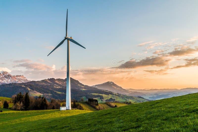 Windenergie in Zwitserland stock afbeeldingen