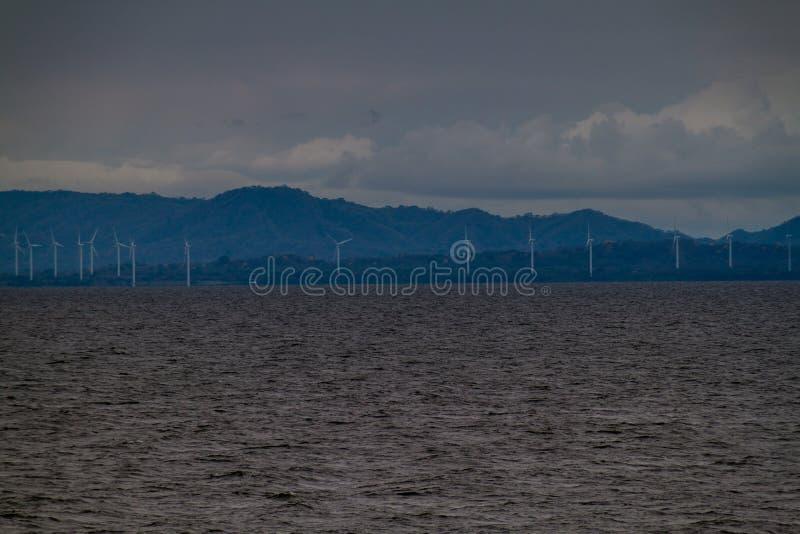 Windenergieinstallaties bij een kust van LAK van Nicaragua royalty-vrije stock fotografie