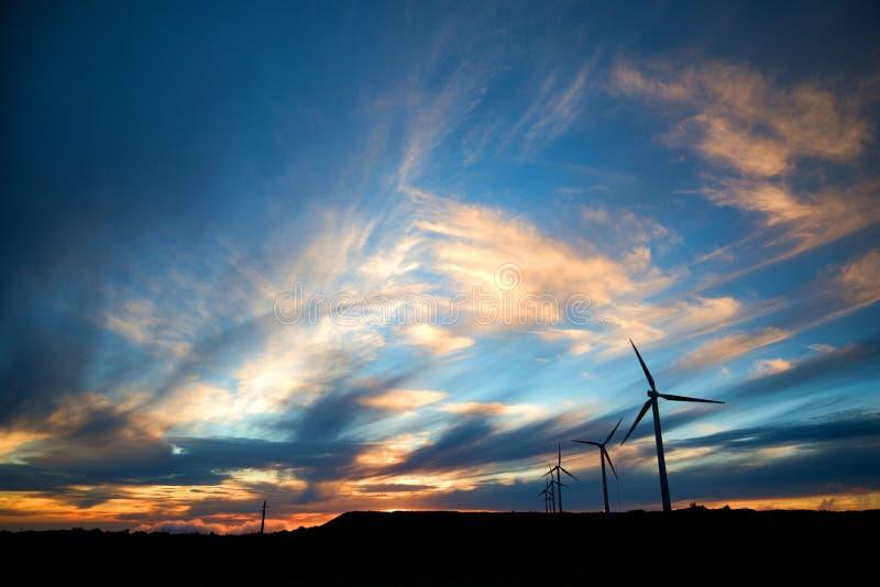 Windenergieinstallaties in zonsondergang op Paul da Serra-vlakte, het eiland van Madera, Portugal royalty-vrije stock afbeeldingen