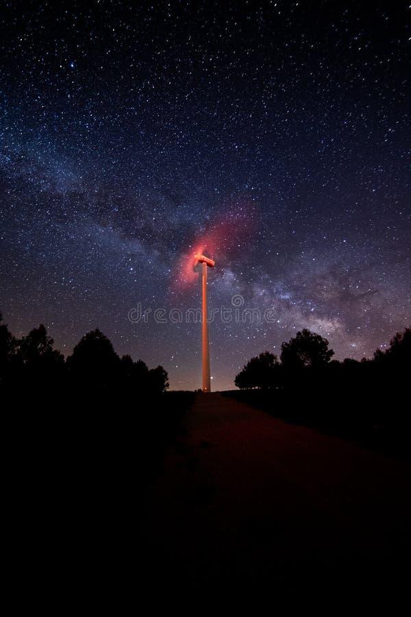 Windenergiemolen met de Melkweg achter het royalty-vrije stock fotografie