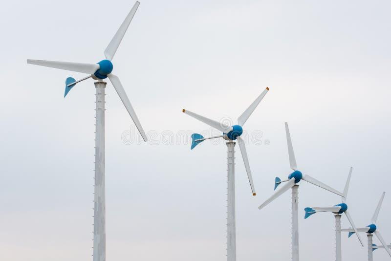 Windenergiepost tegen en lichte zonsondergang stock afbeeldingen