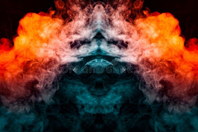 Windenverdunstungslocken des rauches in Form eines großartigen, mystischen Kopfes, hervorgehoben mit Blauem, rot, purpurrot auf l stockfotografie