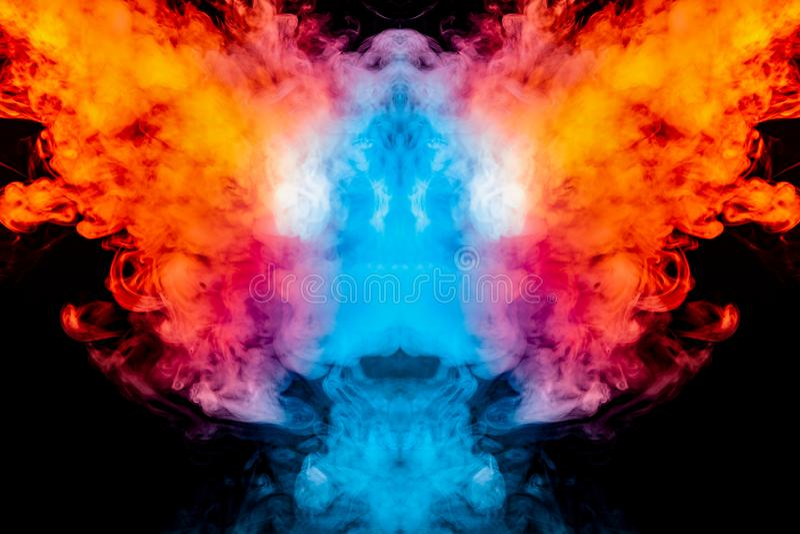 Windenverdunstungslocken des rauches in Form eines großartigen, mystischen Kopfes, hervorgehoben mit Blauem, rot, purpurrot auf l lizenzfreie stockfotos