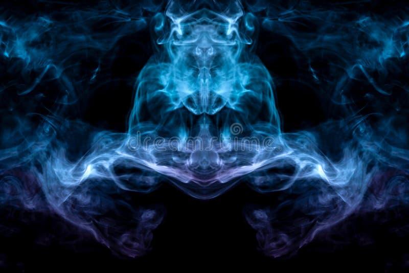 Windenverdunstungslocken des rauches in Form eines großartigen, mystischen Kopfes eines merkwürdigen Tieres in der Flamme des Feu lizenzfreie stockfotografie