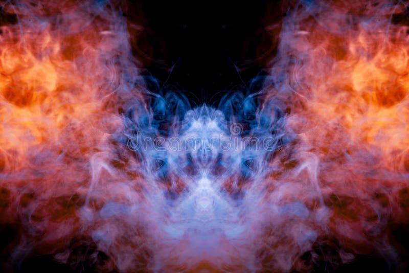 Windenverdunstungslocken des rauches in Form eines großartigen, mystischen Kopfes eines Schlägers in der Flamme des Feuers, hoben lizenzfreie stockfotografie