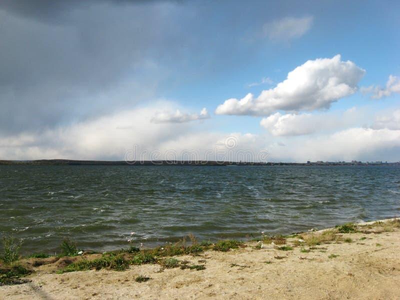 Winderige dag bij het meer stock afbeeldingen