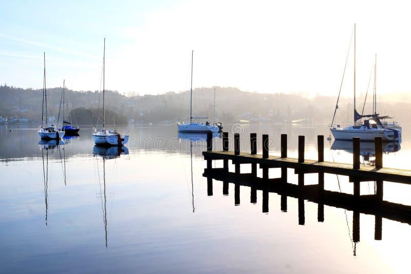 Windermere del lago, espejo de la madrugada como la reflexión en la caloría imagen de archivo libre de regalías