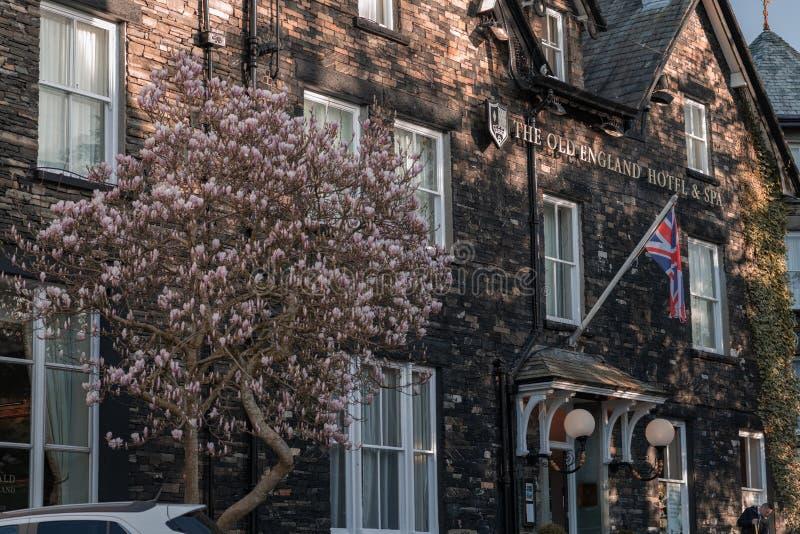 WINDERMERE, HET UK - 25TH MAART 2019: De Oude het Hotel en het Kuuroordvoorzijde van Engeland - Windermere stock afbeeldingen