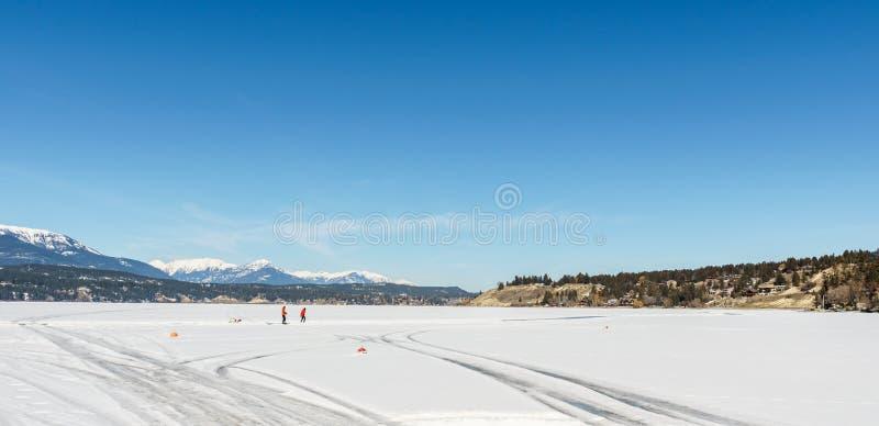 WINDERMERE - MARS 18, 2019: tidigt vårlandskap av det regionala området för djupfryst sjö av östliga Kootenay Kanada arkivbilder