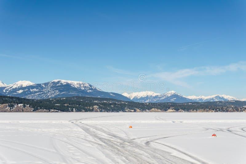 WINDERMERE - MARS 18, 2019: tidigt vårlandskap av det regionala området för djupfryst sjö av östliga Kootenay Kanada royaltyfria foton