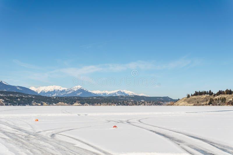WINDERMERE - MARS 18, 2019: tidigt vårlandskap av det regionala området för djupfryst sjö av östliga Kootenay Kanada royaltyfria bilder