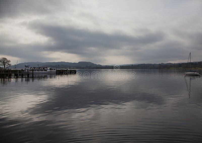 Windermere sjö, England, Cumbria - himmel som reflekterar i vattnet royaltyfria foton