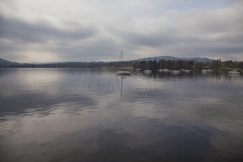 Windermere sjö, England - himmel som reflekterar i vattnet arkivfoto