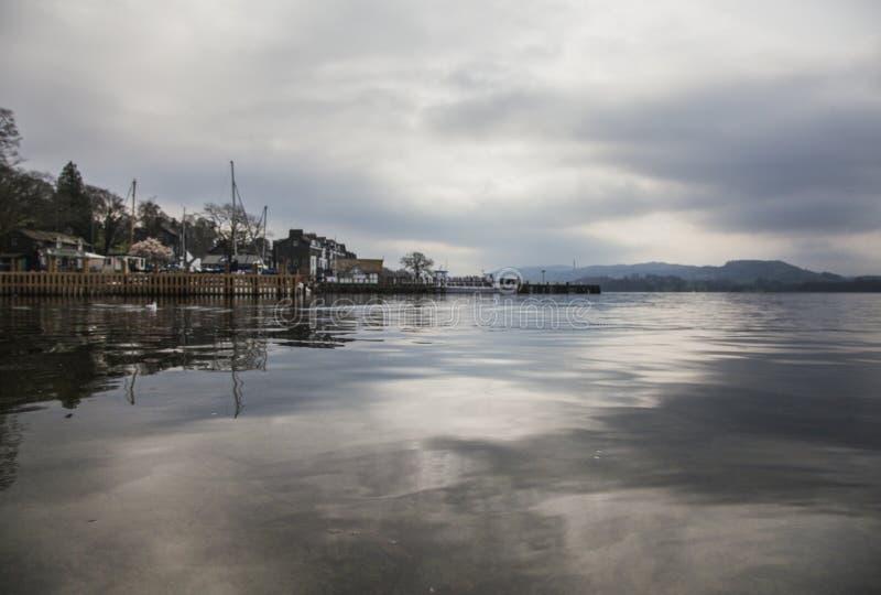 Windermere sjö, England, te UK - en mörk lynnig dag i höst royaltyfri fotografi
