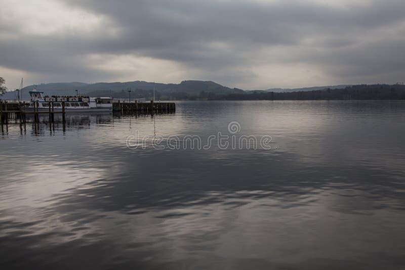 Windermere sjö, England, UK - himmel som reflekterar i vattnet fotografering för bildbyråer