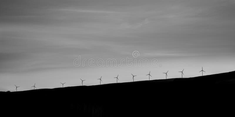 Windfarm στη Σκωτία - μια γραμμή ανεμοστροβίλων σε έναν λόφο στο νησί της Skye στοκ φωτογραφία με δικαίωμα ελεύθερης χρήσης