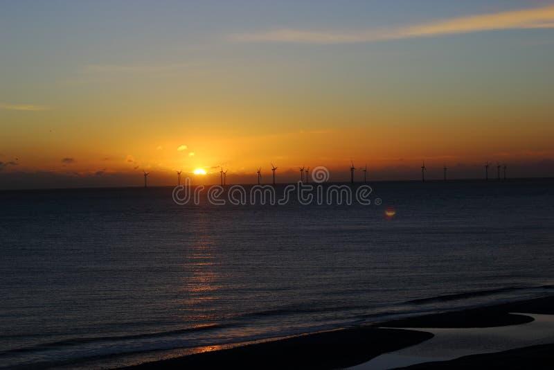 在日落的windfarm剪影 免费的公共领域 Cc0 图片