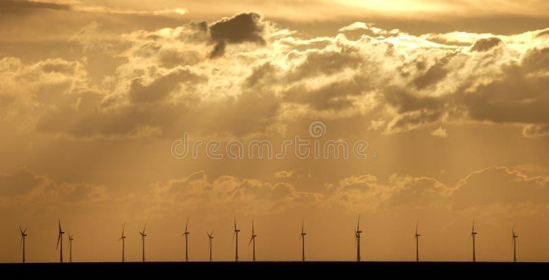 Windfarm a pouca distância do mar fotos de stock royalty free