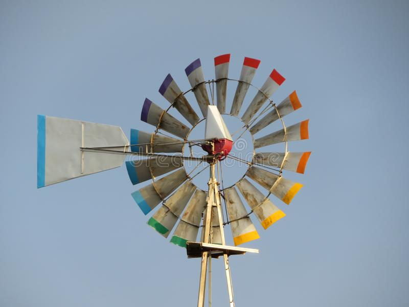 Windgenerator bereit, Energie durch die Luft zu produzieren lizenzfreies stockbild