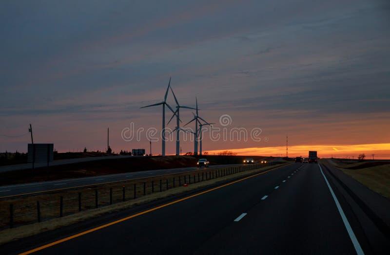 Windgeneratoren bei Sonnenuntergang eine Texas-Ranch stockfotografie
