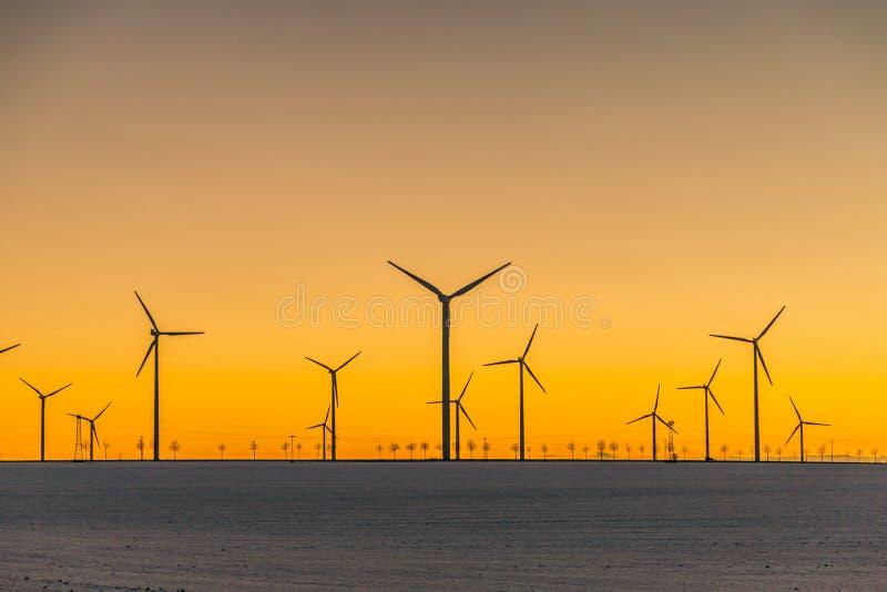 Windgeneratoren im Sonnenuntergang lizenzfreies stockfoto