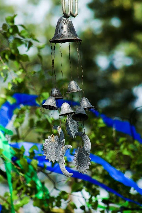 Windglockenspiele - Glockenspiel - vor Maibaum stockfotografie