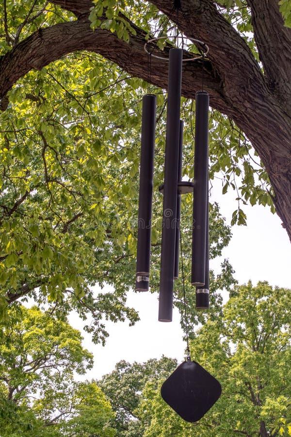 Windglockenspiele im Baum stockfoto