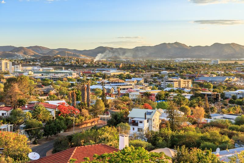 Windhoek rika resedential områdesfjärdedelar på kullarna med mounta royaltyfri fotografi