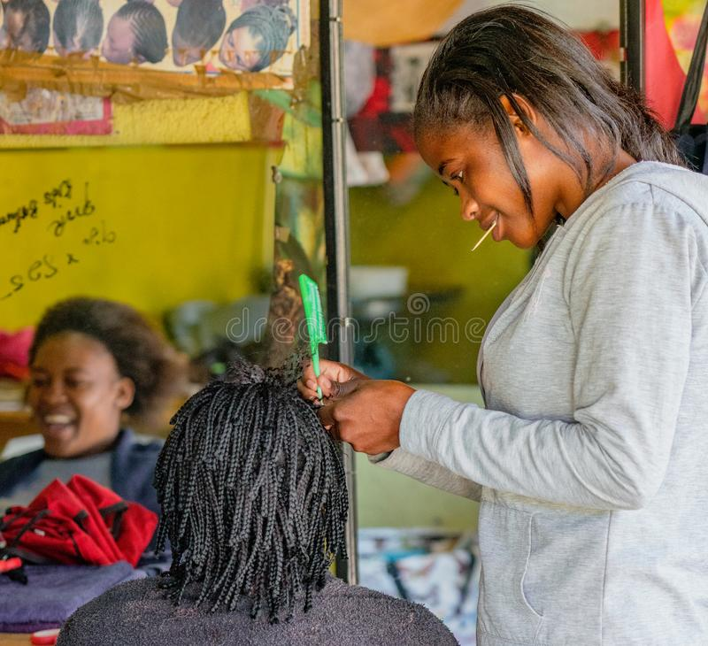 Windhoek, Zuid-Afrika/Juli 6, 2018: Het herenkapperwerk aangaande a stock afbeelding