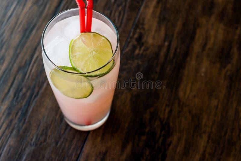 Windhund-Cocktail mit Kalk u. x28; gemacht mit grapefruit& x29; stockfotografie
