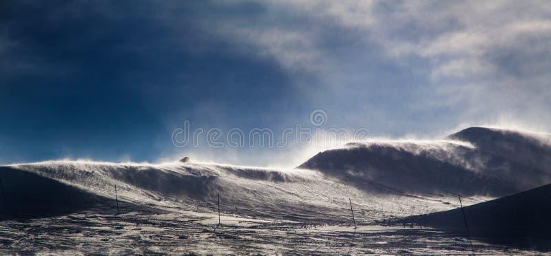 Windiger Berg in den Alpen mit Schnee lizenzfreie stockfotos