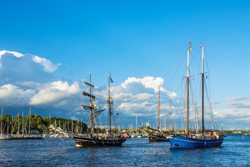 Windjammer op het Hanse-Zeil in Rostock, Duitsland stock foto's