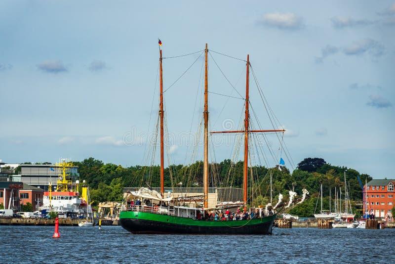 Windjammer op het Hanse-Zeil in Rostock, Duitsland stock afbeeldingen