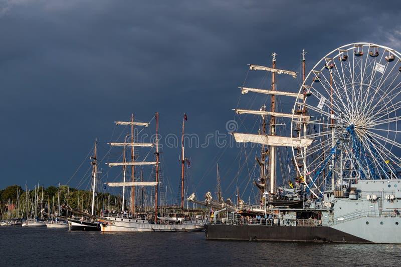 Windjammer op het Hanse-Zeil in Rostock, Duitsland stock afbeelding