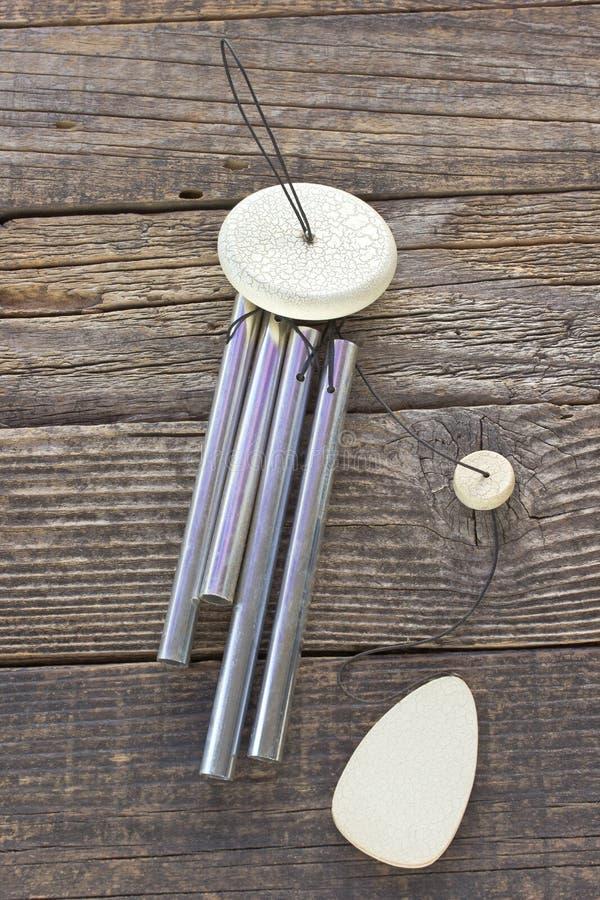 Windklokkengelui op houten achtergrond stock foto's