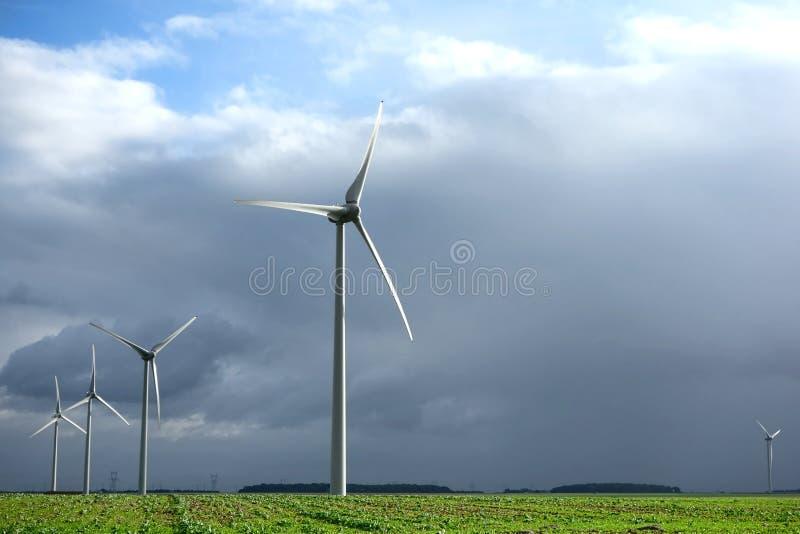 Windkraftanlage der erneuerbaren Energie auf Landwirtschafts-Feld lizenzfreies stockfoto