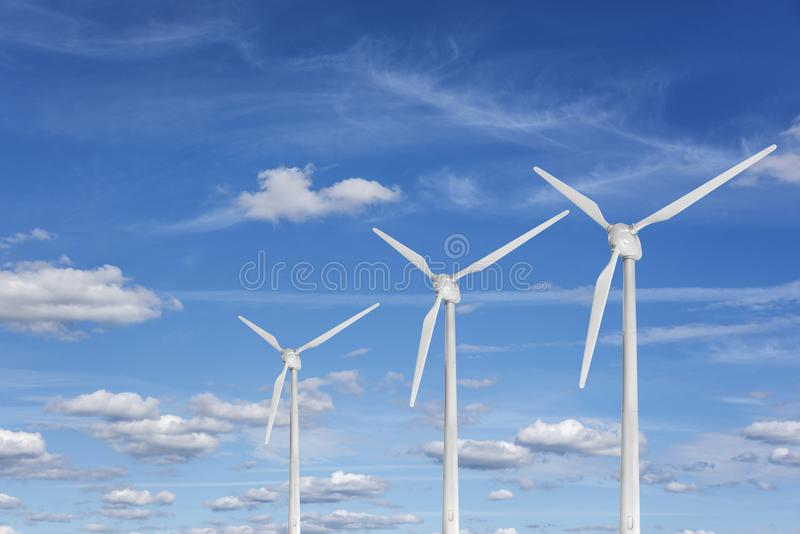 Windkraftanlage gegen einen blauen Himmel stockbilder