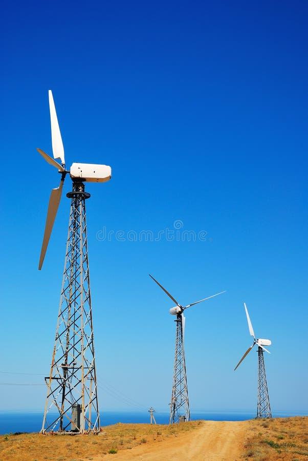 Windkraftanlage gegen einen klaren blauen Himmel lizenzfreie stockfotografie