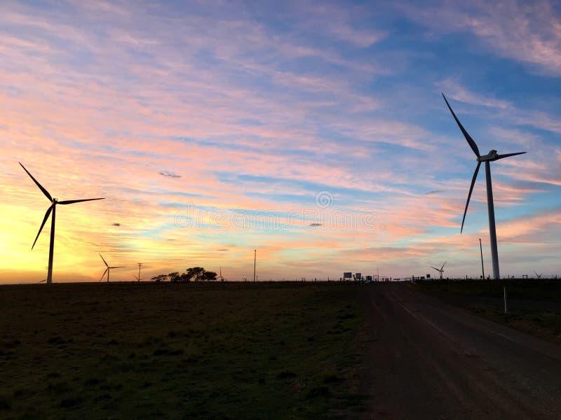 Windkraftanlage-Morgen-Sonnenaufgang lizenzfreie stockbilder