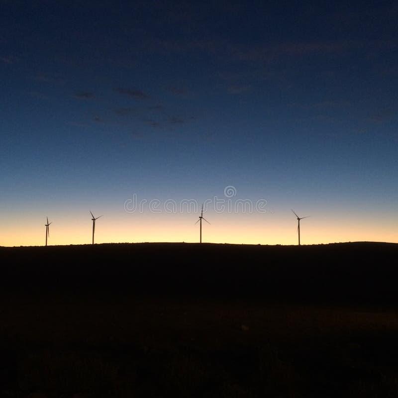 Windkraftanlage-Sonnenaufgang-Berg stockfoto