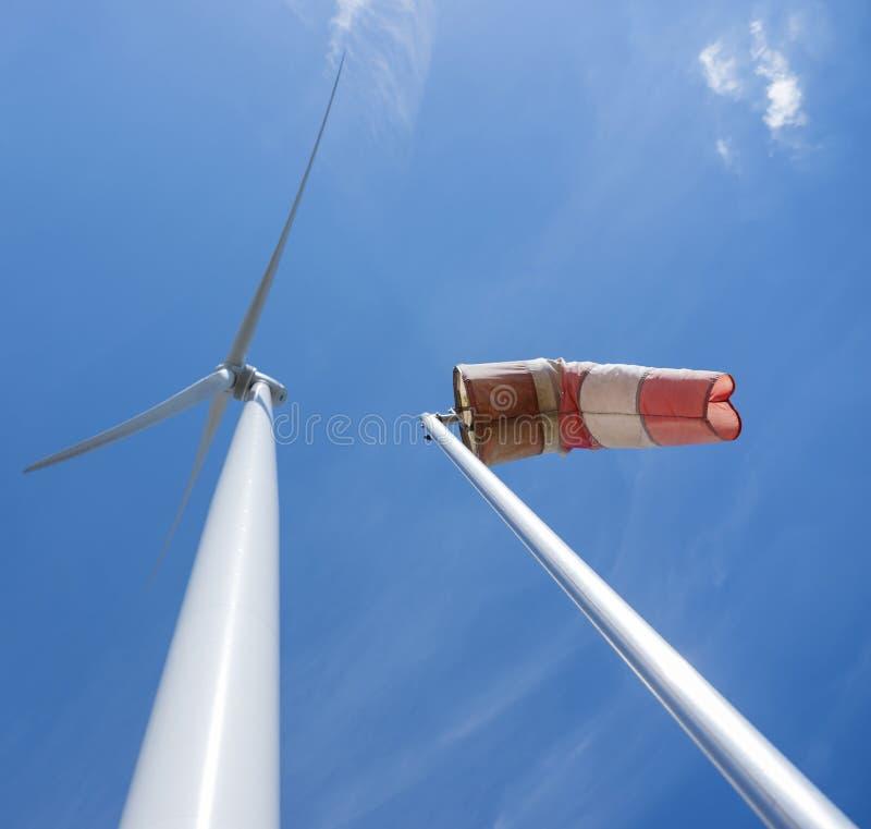 Windkraftanlage und Windbeutel gegen blauen Himmel lizenzfreie stockfotos